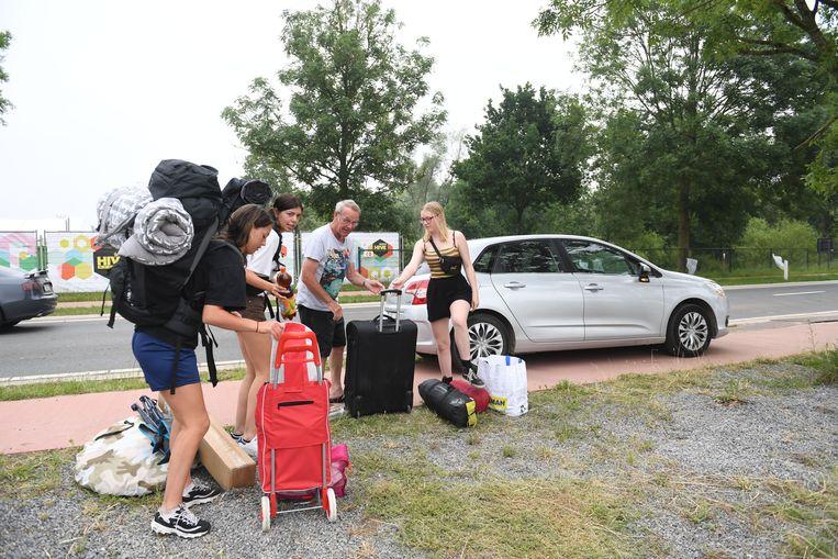 De festivalkampeerders stromen toe aan camping The Hive