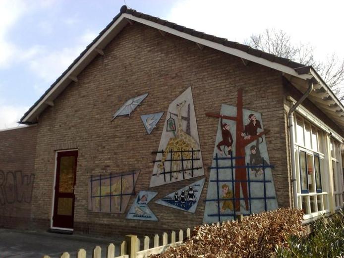 Het dierenmozaïek verhuist naar de muur van de Tellegenschool. foto Matthijs Oppenhuizen