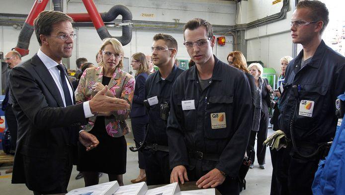 Premier Mark Rutte en ambassadeur jeugdwerkloosheid Mirjam Sterk tijdens hun werkbezoek aan Q8, een van de leerbedrijven in de Rotterdamse haven