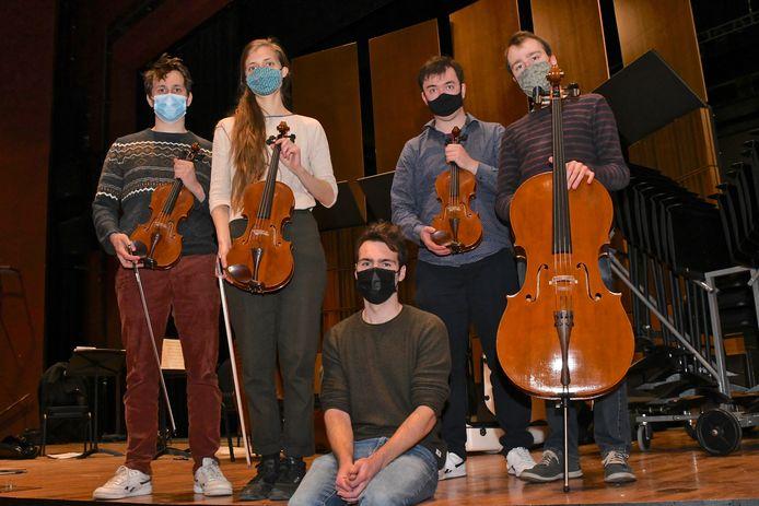 Vik Vandamme (midden) overhandigde zijn strijkkwartet aan Ludovic Bataiilie, Rhea Vanhellemont, Wolfram Van Mechelen en Pieter-Jan Desmet van het Desguin Kwartet.