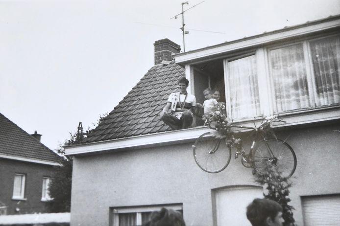 Jean-Pierre Monseré, echtgenote Annie en zoontje Giovanni begroeten de fans vanuit het zolderraam en de dakgoot.