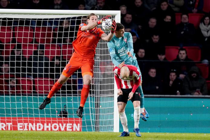 PSV-doelman Unnerstall vangt de bal.