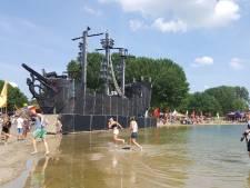 Bezoekers Emporium gaan hitte met weinig kleding en flesjes water te lijf