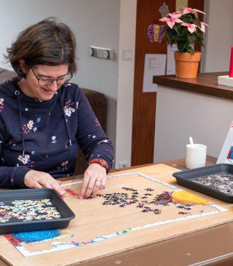 Als Marjan aan het puzzelen is, vergeet ze de wereld om zich heen: 'Het helpt tegen piekeren'