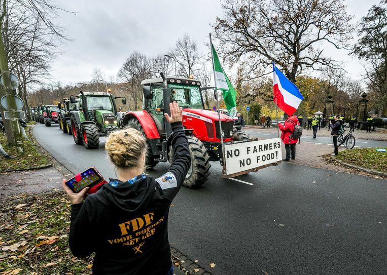 Boerenprotest tegen de maatregelen van de regering om de uitstoot van stikstof te verminderen. Voor Greenpeace gaan de maatregelen niet ver genoeg. De milieuorganisatie dreigt met een rechtszaak. Beeld ANP