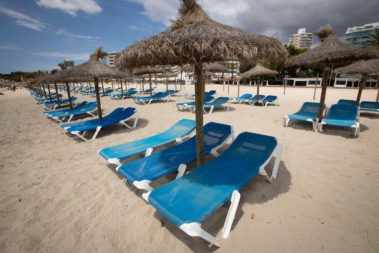 Een leeg strand op Mallorca, vorige zomer. Beeld AFP
