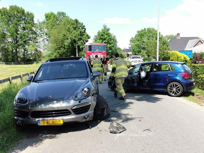 De beschadigde auto's na de frontale botsing op de Laarweg in Harskamp.