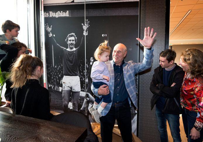 In stadion Galgenwaard is de Leo van Veenzaal geopend. Leo van Veen heeft met kinderen en kleinkinderen een fotowand in de zaal onthuld.