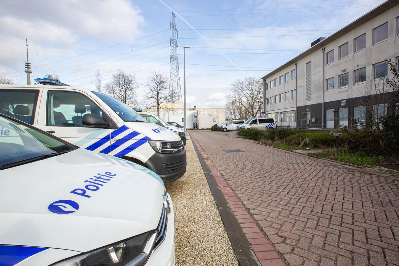 Het commissariaat van de politiezone Zennevallei, waar 29 mensen positief hebben getest. Beeld Tom Vierendeels