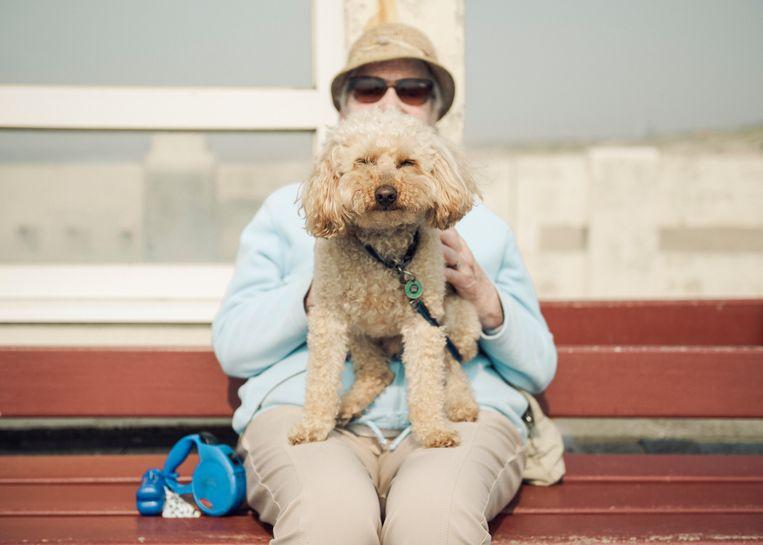 Deze bejaarde vrouw komt met haar dochter en hondje een paar dagen genieten aan zee. Beeld Tim Coppens
