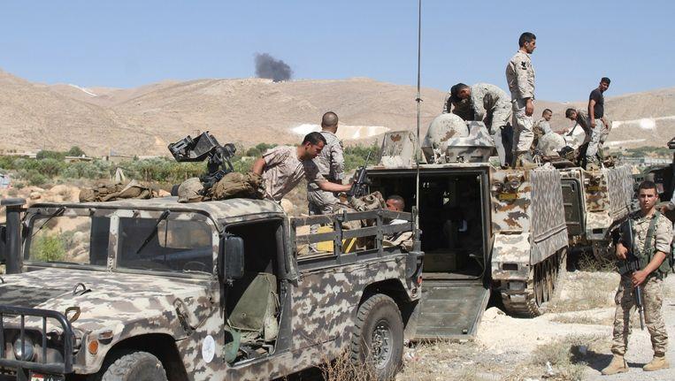 Libanese veiligheidstroepen verzamelen in de buurt de Syrische grens. IS-strijders drongen afgelopen weekend Libanon binnen en doodden zeker tien militairen. Beeld afp