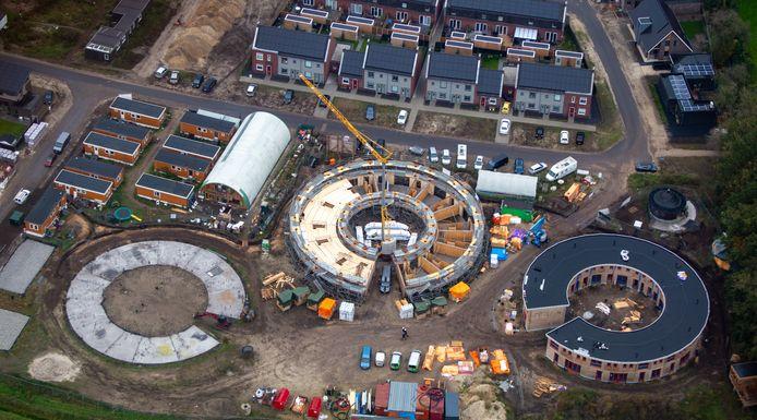 De drie bouwfases in beeld van het Ecodorp in Boekel, gebouwd en beheerd in vereniging door de bewoners zelf.
