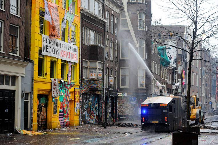 AMSTERDAM - Een waterkanon spuit richting het Slangenpand tijdens de ontruiming van de Tabakspanden in de Spuistraat in het centrum. Een groep van veertig tot tachtig krakers bezette het pand. Beeld ANP