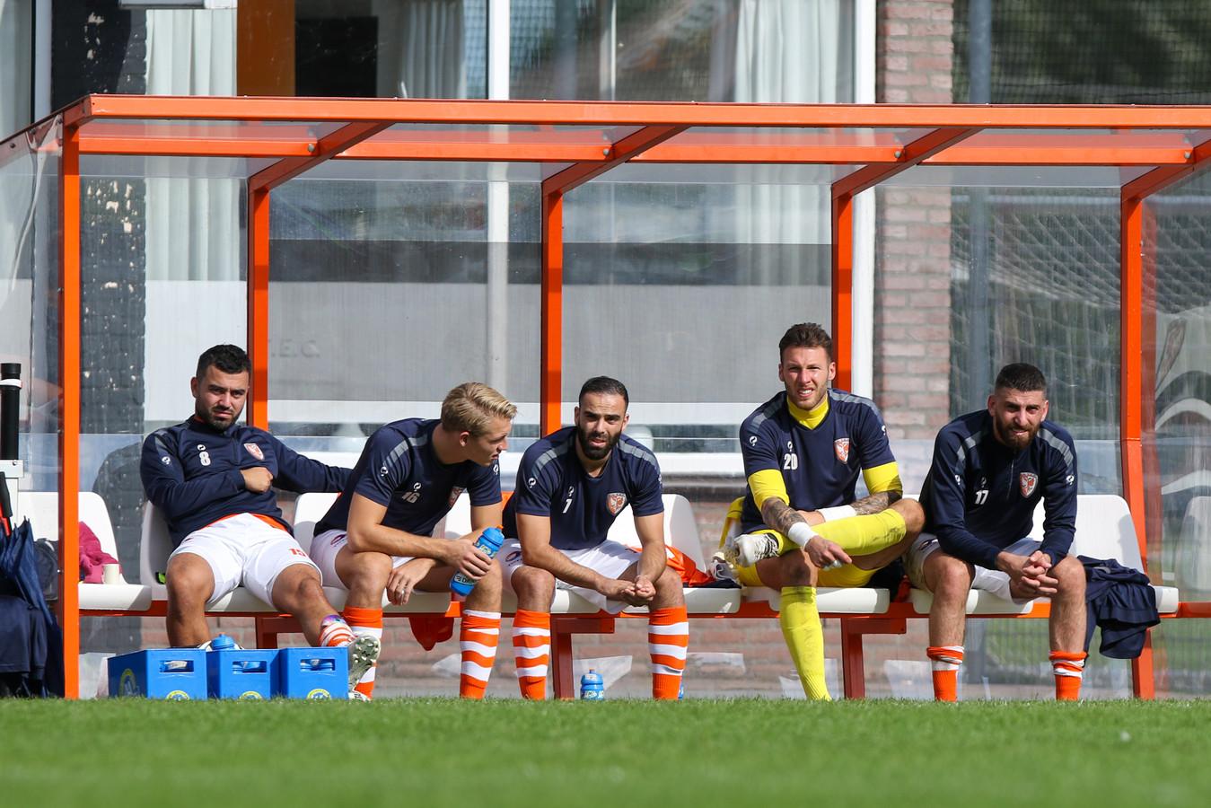 Timo Jochemsen (tweede van links) speelt volgend seizoen - samen met Massimo Fonseca Hoogerwerf  - op huurbasis van hoofdklasser Scherpenzeel.