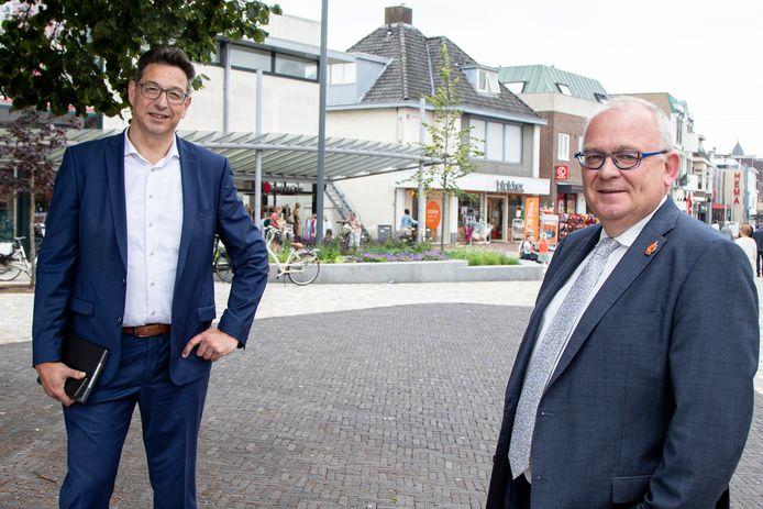Wethouder Bert Tijhof (l) en  burg Arco Hofland (r) in het centrum van Rijssen. Gemeente Rijssen-Holten is voor derde keer gekozen tot mkb-vriendelijkste gemeente van Nederland.