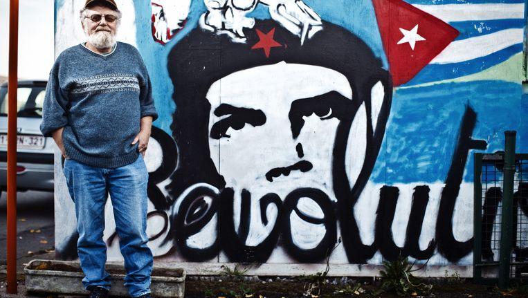 Paul Piessens poseert bij een van zijn helden: Che Guevara. 'Ik droom er nog van naar Cuba te trekken.' Beeld © Jonas lampens