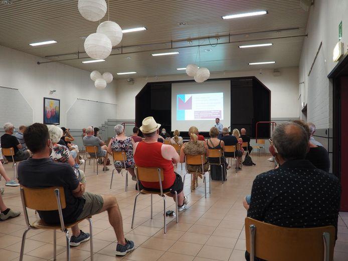 De bewonersvergadering in Ter Coose over de paaltjes in de Vinkstraat duurde ruim twee uur.