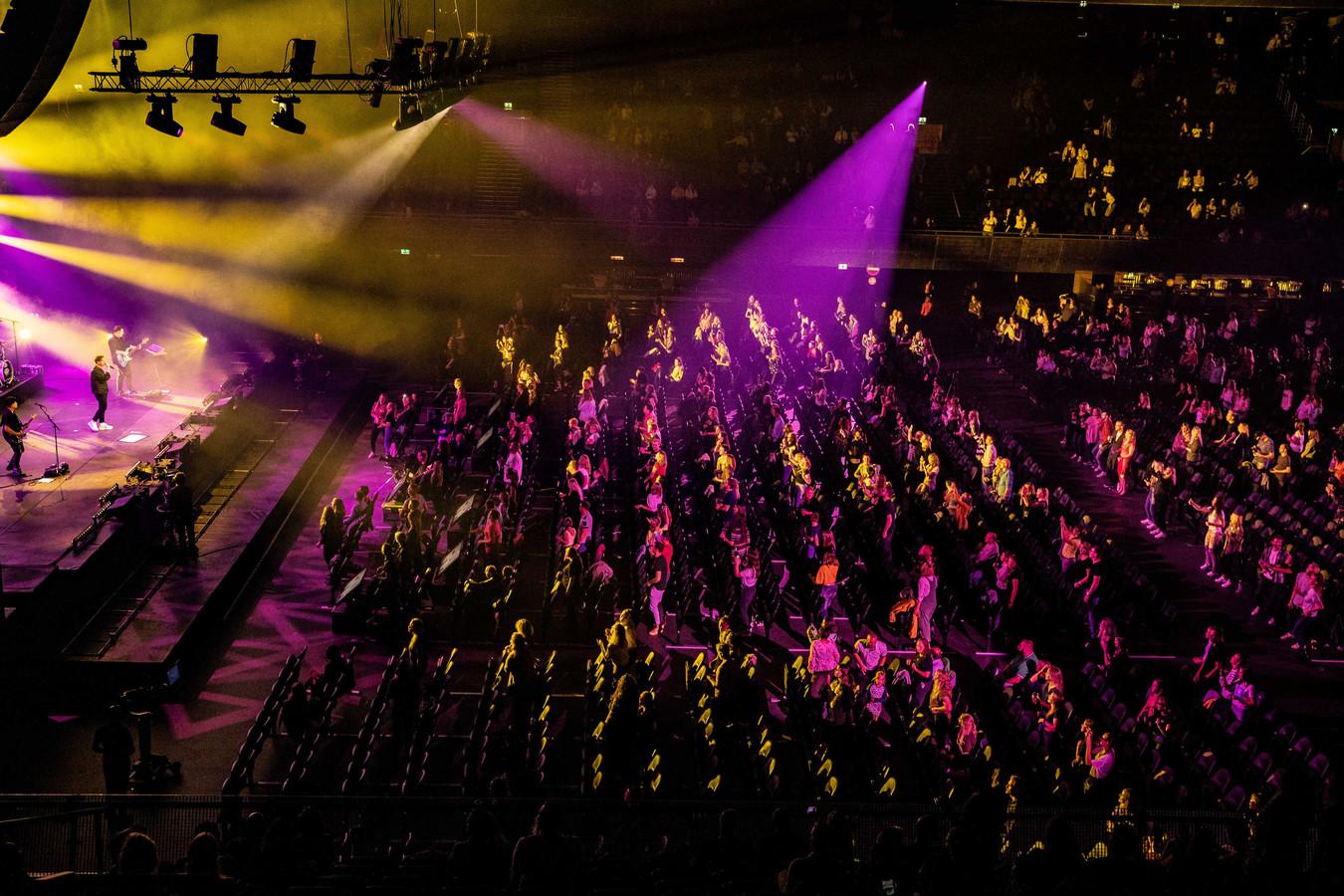 Nielson gisteravond in de Ziggo Dome tijdens het eerste Larger Than Live concert. Daarbij waren 2500 fans welkom in een zaal die plek biedt aan 17.000 toeschouwers.