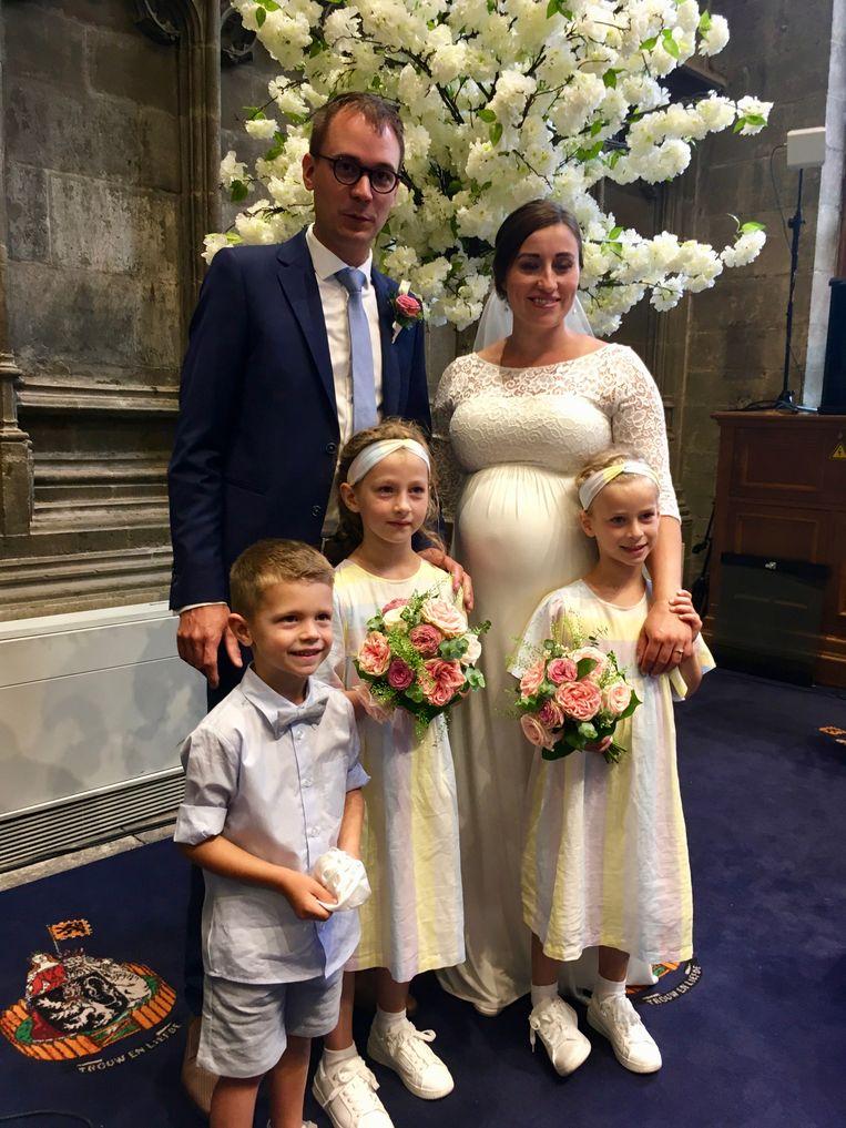 Stijn De Roo met echtgenote Romy De Vidts en drie kindjes