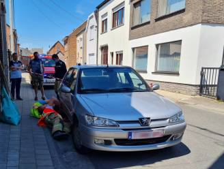 Benzineplas onder geparkeerde wagen door lek in leiding