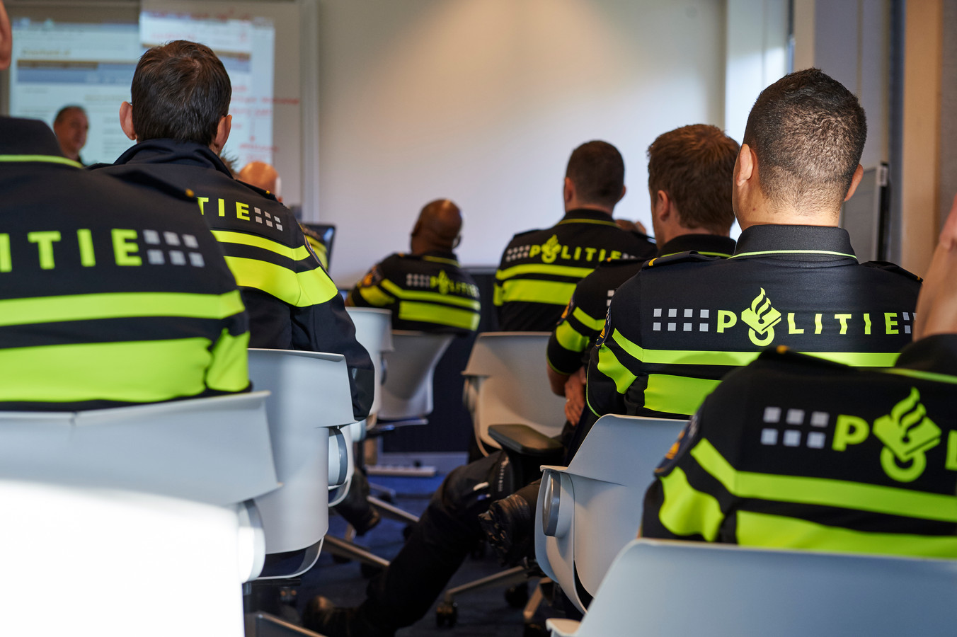 Studenten volgen op de Politieacademie een theorieles.