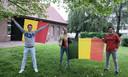 De initiatiefnemers van het voetbaldorp in Rollegem halen alvast de vlaggen boven: v.l.n.r. Stefaan Delorge, Mickel Schepens en Olivier Tombeur.