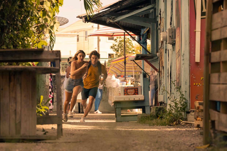 Madelyn Cline als Sarah Cameron en Chase Stokes als John B in 'Outer Banks'. Beeld JACKSON LEE DAVIS/NETFLIX