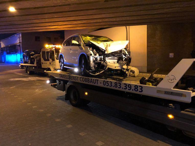 De twee wagens op de takelwagens, zwaar beschadigd.