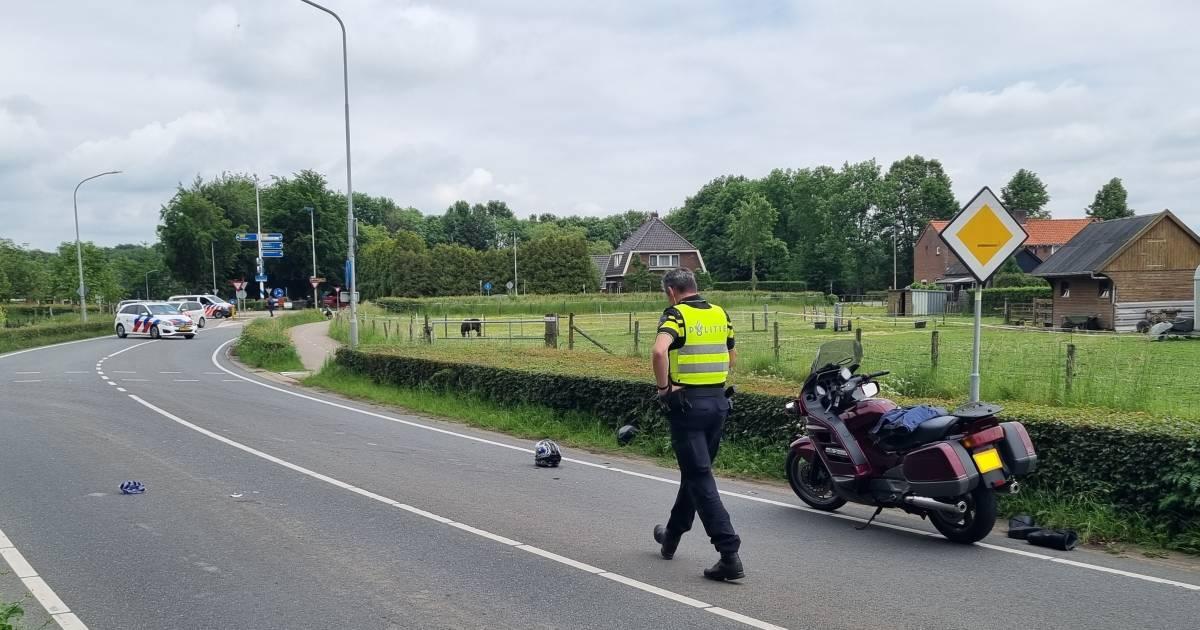 Oversteken gaat helemaal mis: motorrijder en fietser ernstig gewond bij botsing in Baak.