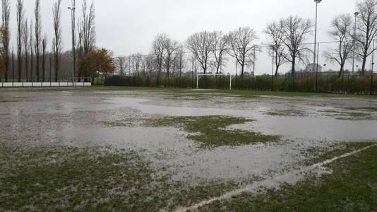 Bij hevige regenval is het terrein van LS Merendree in de Hansbekestraat onbespeelbaar.