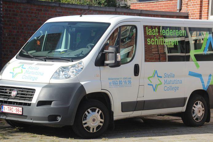 Het Stella Matutinacollege heeft vijf eigen schoolbusjes waarmee leerlingen worden opgehaald.