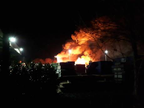 Zeer grote brand verwoest bedrijfspand, rook trekt over Stolwijk