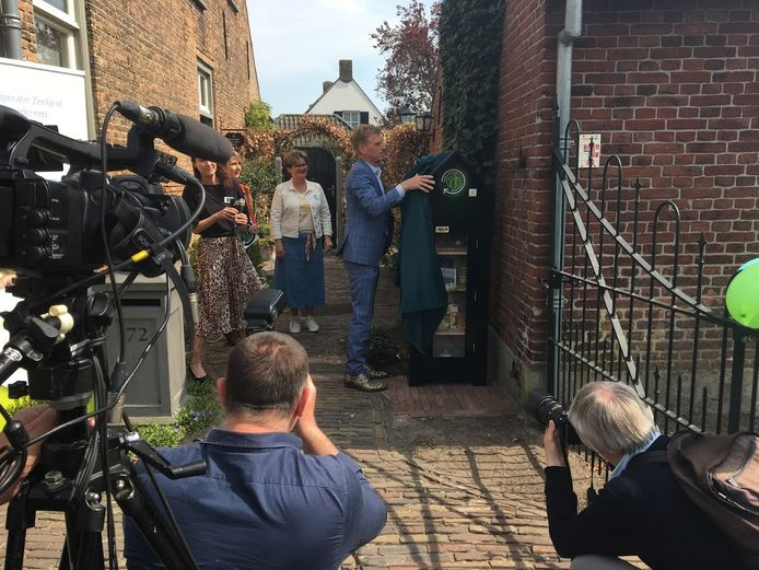 Burgemeester Bakermans onthult het deelhuisje aan de Kerkstraat in Zeeland. Achter hem de initiatiefneemsters, v.l.n.r. Debbie Boeijen, Marjo Danen en Mira Eijsermans
