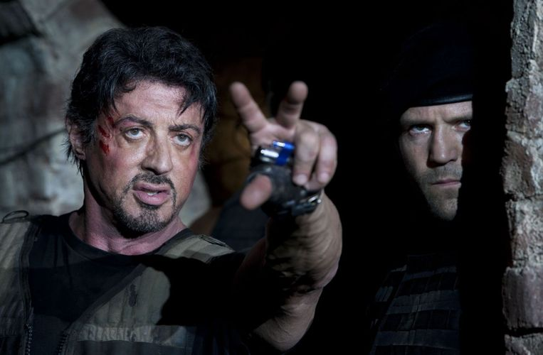 Sylvester Stallone (links) en Jason Statham in The Expendables. Beeld