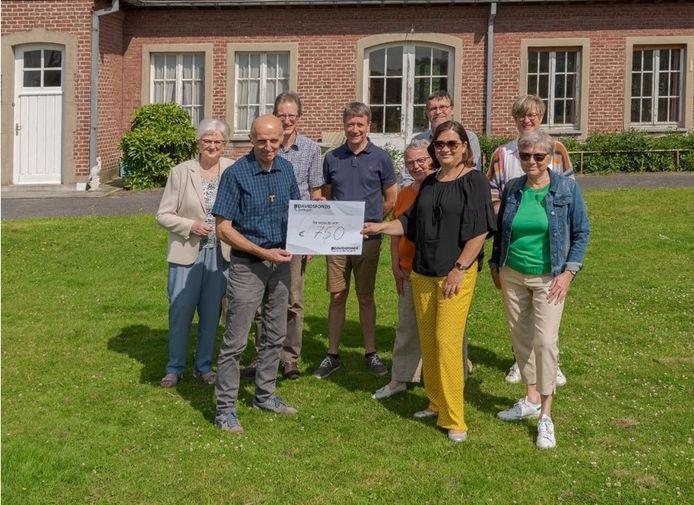 Een delegatie van Davidsfonds Zottegem overhandigt de cheque van 750 euro aan de vertegenwoordigers van vzw Poverello in Knutsegem.