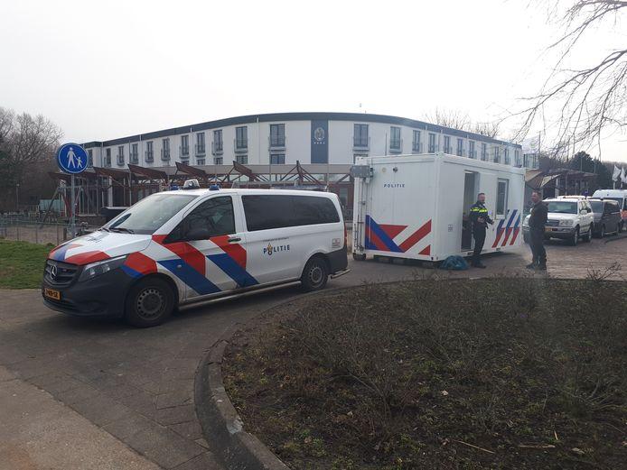 De politie heeft een commandopost ingericht voor de deur van hotel Van Marion.