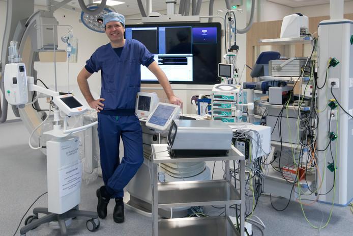 Luuk Otterspoor in de operatiekamer waar de dotterbehandelingen plaatsvinden. Foto Kees Martens