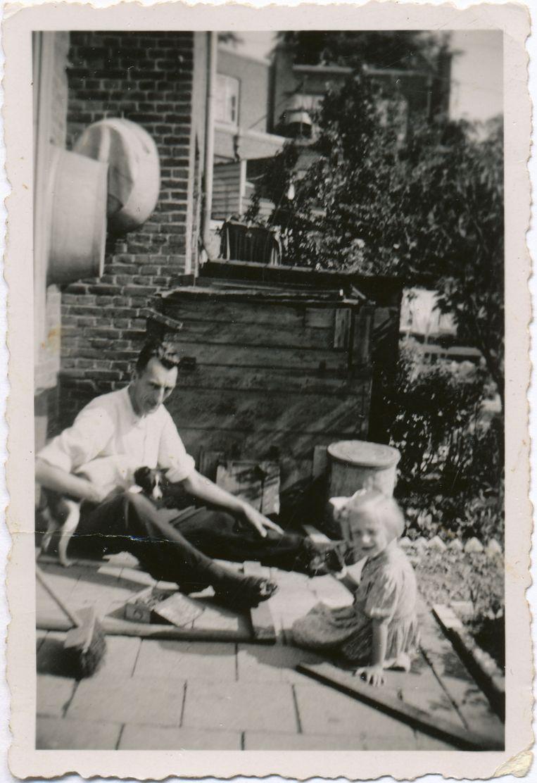 Het Joodse meisje Loes bij agent Ad Smorenburg. Beeld Privéarchief Loes van den Ancker-Susan