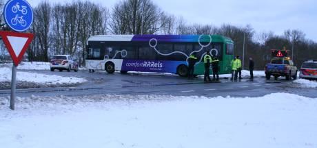 Lijnbus ramt auto op N377 bij Balkbrug: bestuurder gewond