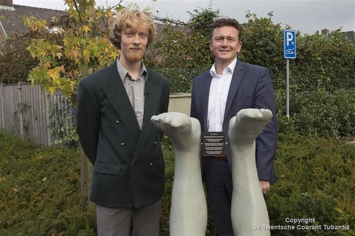 Kunstenaar Aebele Trijsburg (links) en wethouder Roland Cornelissen bij het nieuwe kunstwerk.