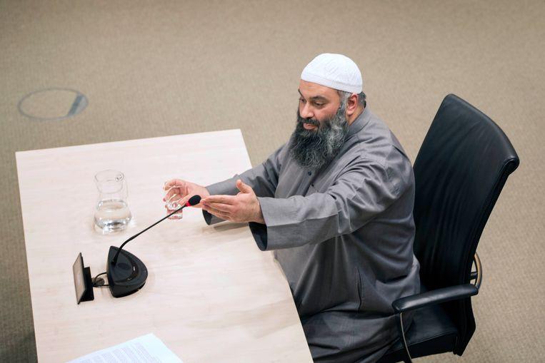 Suhayb Salam, bestuursvoorzitter en geestelijke leider van de Stichting alFitrah tijdens de openbare verhoren van de parlementaire ondervragingscommissie. Beeld Werry Crone