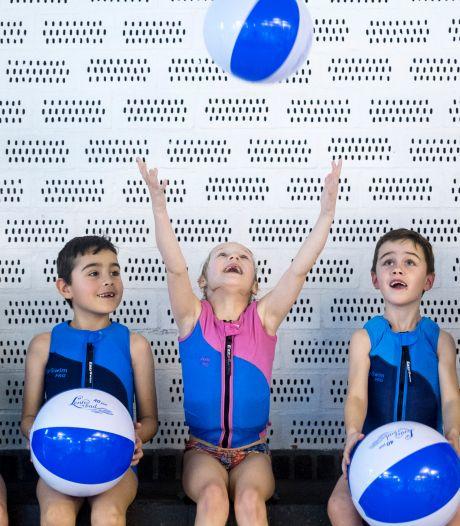Eén ouder als begeleider welkom bij diplomazwemmen: 'We proberen het zo leuk mogelijk te houden'