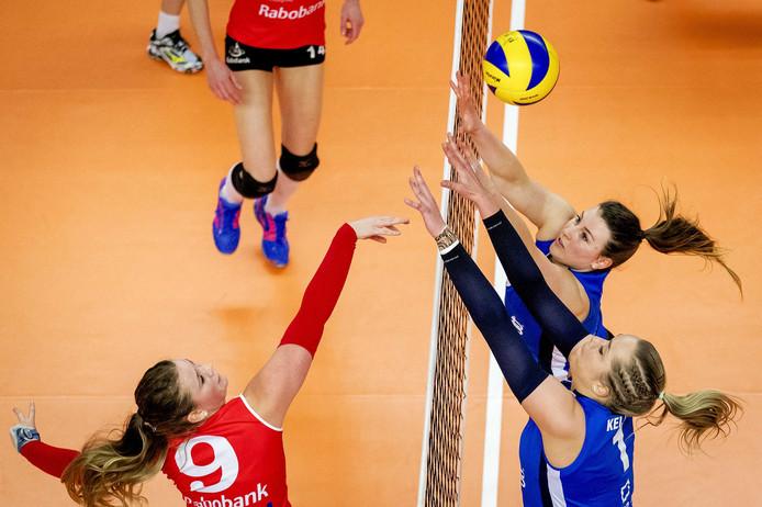 Lynn Thijssen (rechts, bovenaan) in het blok voor Sliedrecht Sport.