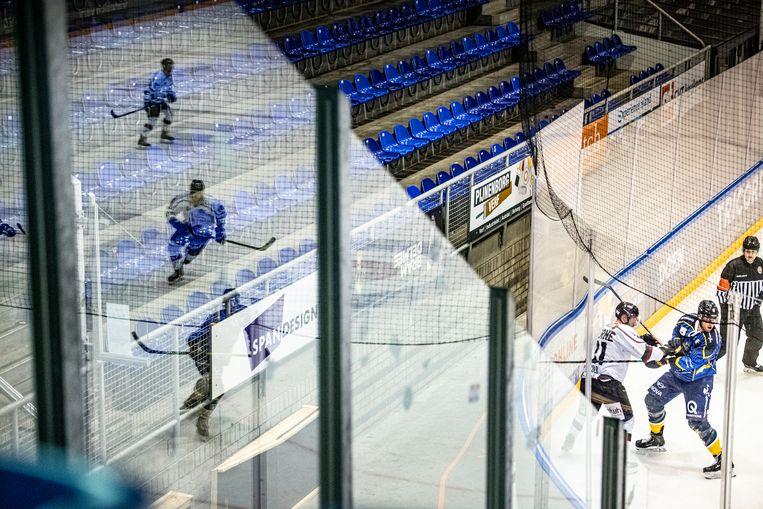 De Tilburg Trappers speelden dit weekend in een lege ijshal tegen de Duitse club Herner EV. Beeld Koen Verheijden