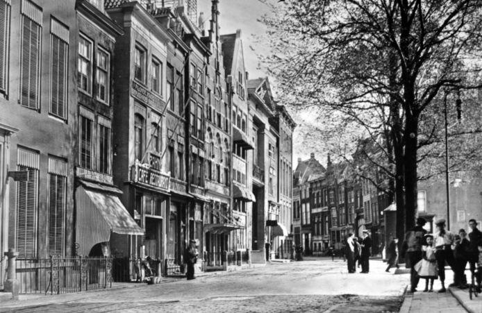 De Groenmarkt met in het midden sociëteit Amicitia en het bankgebouw van Stoop Het laatste pand aan linkerkant van de weg was van de kassiers Verbroek & Zoon.