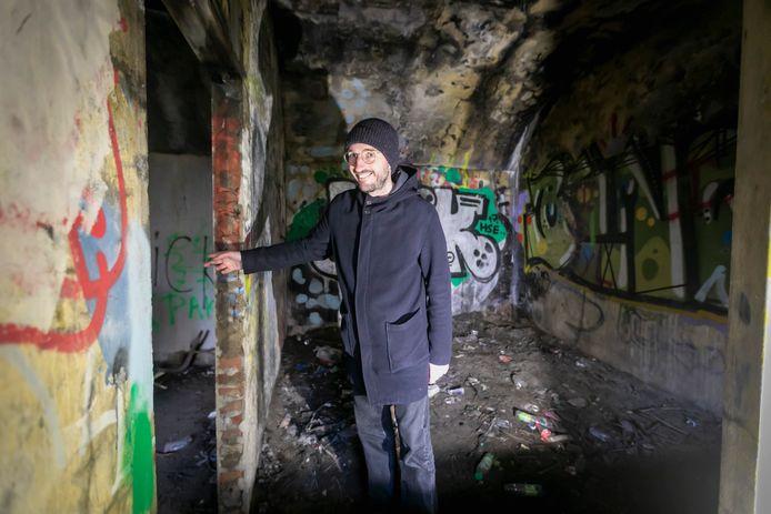 Peter de Krom van Stichting Stelling 33 in de Hoekse bunker die vanaf half mei verbouwd wordt tot overnachtingsplek.
