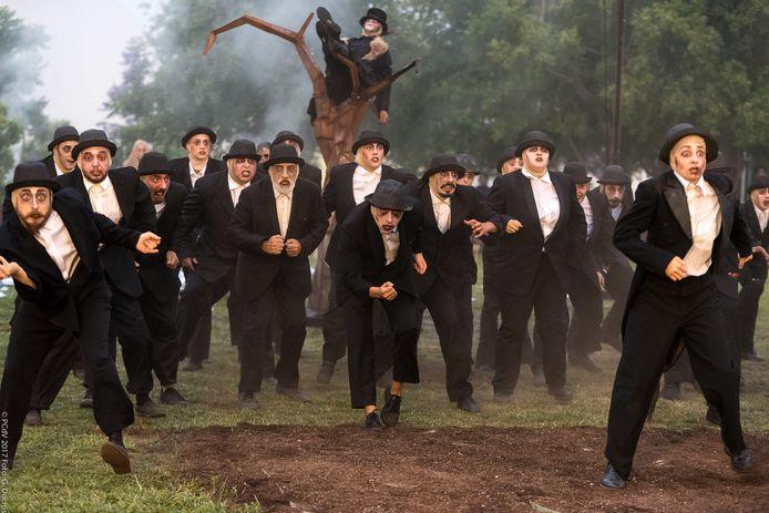 Een tocht naar het kerkhof met tientallen acteurs van Teatro del Silencio.