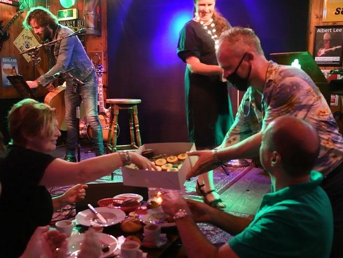 Erwin Kwakman deelt 'De Cactus Is King-cupcakes' uit aan gasten.