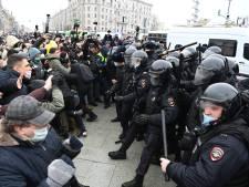 Russische demonstranten doen iets wat ze eerder niet deden: terugslaan