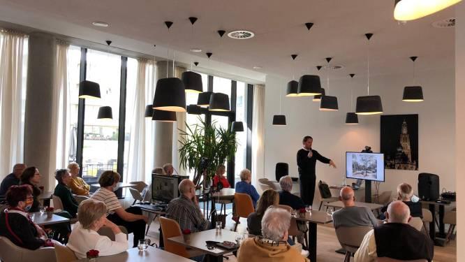 Senioren delen herinneringen over Antwerpen met stadsgids Tanguy Ottomer